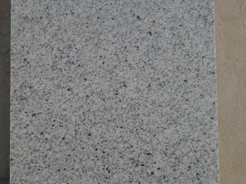 白麻相当,底色灰白的一种,散布 石材类别:花岗岩(Granite),